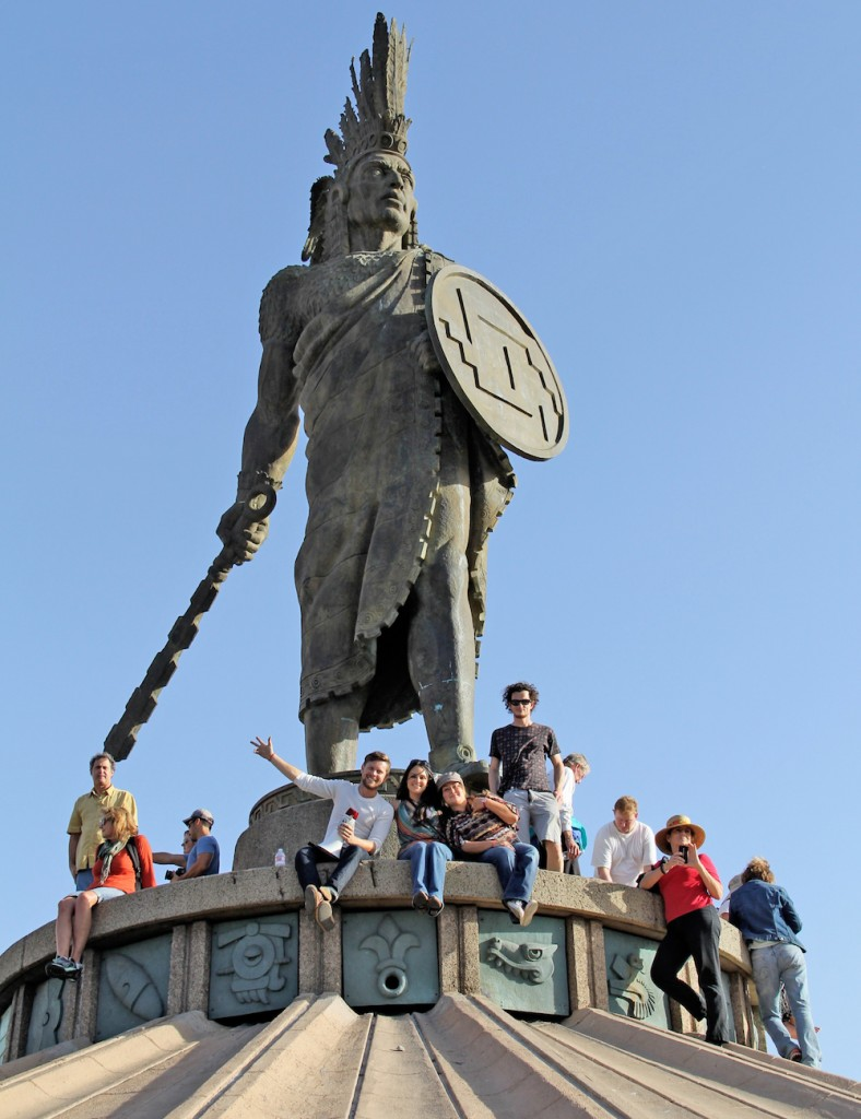 Turista Libre Aztec statue